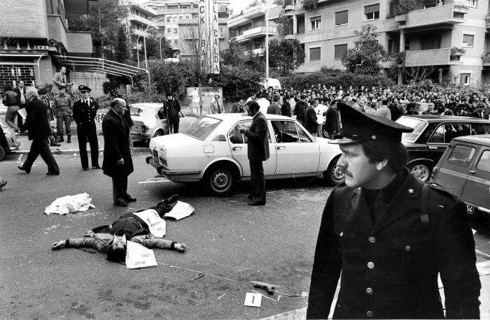 16 Marzo 1978, via Fani, Roma: gli agenti della scorta di Aldo Moro giacciono sull'asfalto massacrati dalle Brigate Rosse.