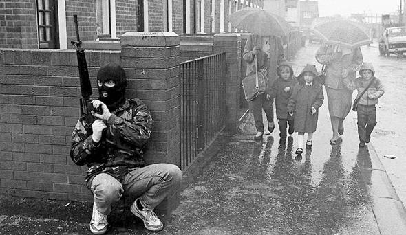 1987: membro dell' Irish Republican Army (I.R.A.) ripreso nel corso di un pattugliamento a Belfast.