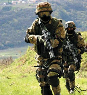 Militari muniti di pistole mitragliatrici H K MP5 SD 2c58f8fb9484