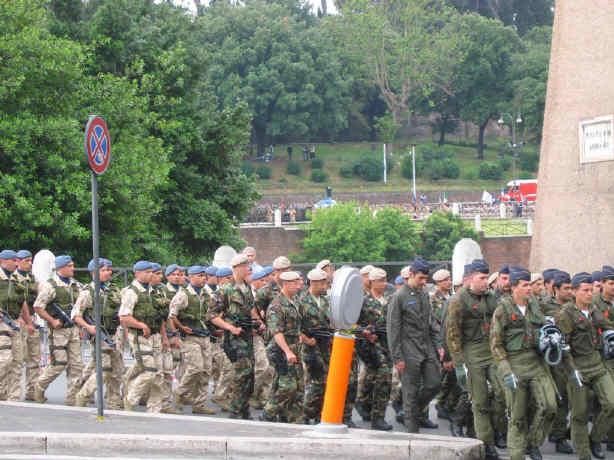 Incursori dell  Aeronautica Militare (basco color sabbia) sfilano  unitamente ad altri colleghi dell  Arma Azzurra 4e0b25acb25f
