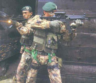 Una fotografia degli operatori del G.O.I. risalente al 1991 . Gli uomini  sono dotati di pistole-mitragliatrici H K MP5 equipaggiate con torce  (alloggiate al ... ccf97ec87a0b