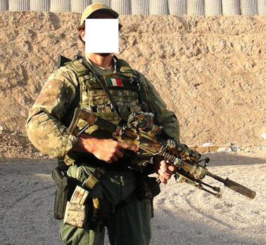 L  M4 A1 di questo operatore ripreso in Afghanistan e  stato dotato del kit  S.O.P.MOD. (Special Operations Peculiar Modification) 17011ad809d0