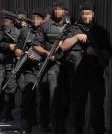 Operatori del B.O.P.E. ripresi nel corso di un' operazione