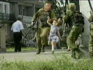 Durante le prime fasi dell' assedio, dodici alunni ed un adulto riescono a fuggire dalla scuola, assistiti dal personale di sicurezza. Sulla destra si scorge un operatore dell' OMON (in tactical vest nera)