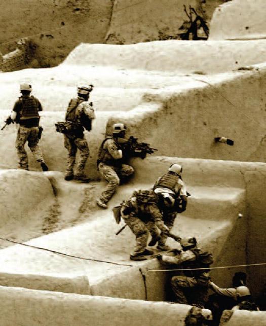 Operatori del 1st Marine Special Operations Battalion rispondono al fuoco nemico in Afghanistan