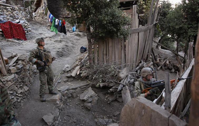 Operatori del MAR.S.O.C. ripresi nel corso di operazioni nella provincia di Kunar, sul confine nord orientale afghano e a ridosso del Pakistan. Si noti il Marine armato di fucile di precisione Snayperskaya Vintovka Dragunov russo, in cal.7.62x54mm