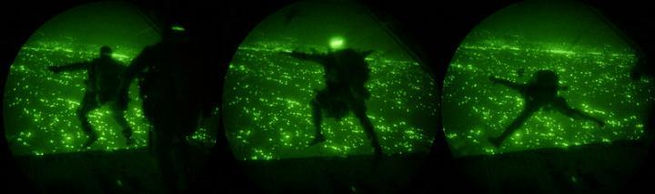 24 luglio 2004, Iraq occidentale: lancio addestrativo H.A.H.O. (High Altitude High Opening) da parte di un distaccamento del Force Recon