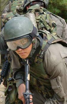 Operatore del Force Recon ripreso nel corso di una sessione addestrativa F.I.B.U.A. / M.O.U.T. (Fighting In Built-Up Areas / Mobile Operations in Urban Terrain). Il milite e' armato di una carabina Colt CAR-4 in 5,56mm, in via di rimpiazzo da parte dello Special Operations Command