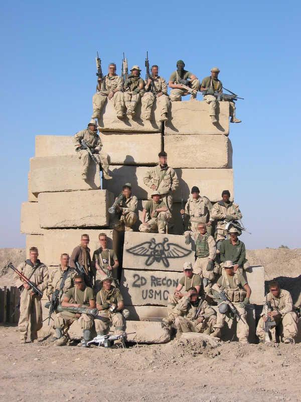 Il 2nd Force Recon ad Al Anbar (Iraq) nel luglio 2005. Si noti come un operatore (primo da sinistra, prima fila dal basso) brandisca un lanciarazzi RPG catturato al nemico