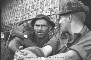 Il Maggiore Beckwith (a sinistra) Comandante Detachment B-57, 5th Special Forces Group, ripreso nell' Ottobre 1965 durante l'assedio di Plei Me Camp (Vietnam)