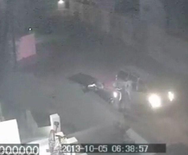 Il rapimento di Al Libi ripreso da una teelcamera di sicurezza. La macchina nera appartiene alterrorista, mentre il mini van e' quello degli operatori del 1st S.F.O.D-Delta.