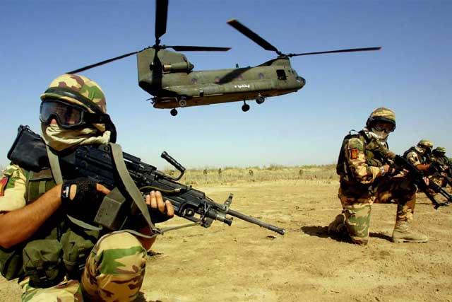 Lagunari mettoni in sicurezza la zona atterraggio di un CH 47 Chinook.