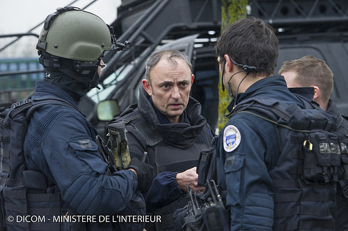 Le forze dell'ordine schierate in massa a permesso l'isolamento totale della cittadina.