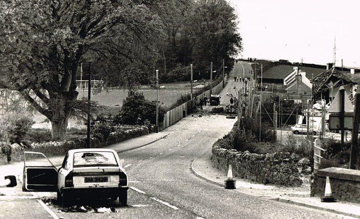 La macchina dei fratelli Anthony ed Oliver Hughes. Sullo sfondo la stazione della polizia.