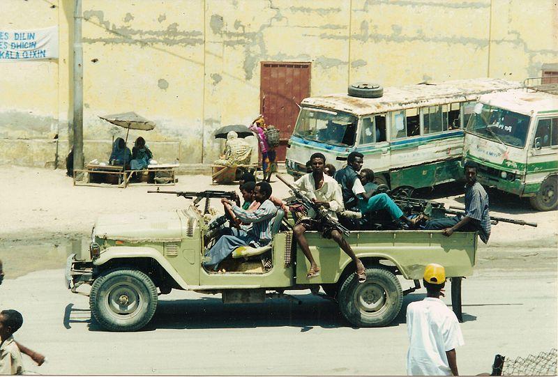 Guerriglieri ripresi nelle strade di Mogadiscio.