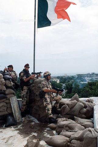 Carabinieri Paracadutisti del Tuscania sul tetto dell'ambasciata italiana a Mogadiscio.