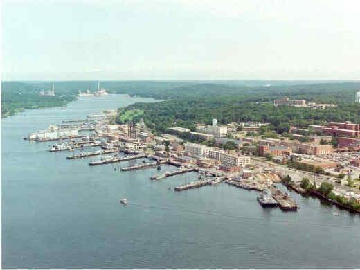 La base navale di New London (Connecticut), teatro della prima operazione della Red Cell. In basso possono essere notati gli attracchi per i sommergibili nucleari classe TRIDENT ed OHIO
