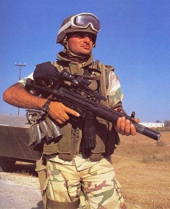 """Incursore dell'allora Battaglione """"Col Moschin"""" munito di pistola mitragliatrice H&K MP5."""
