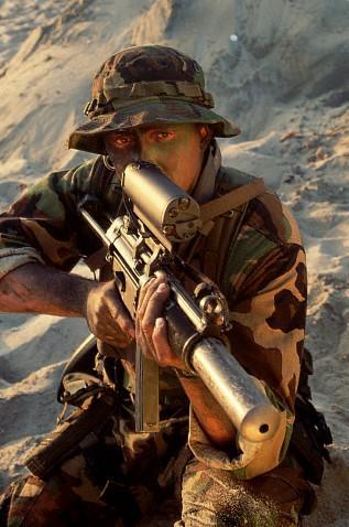 SE.A.L. armato di pistola mitragliatrice Hckler&Koch MP-5 SD, munita di silenziatore integrato e puntatore laser.