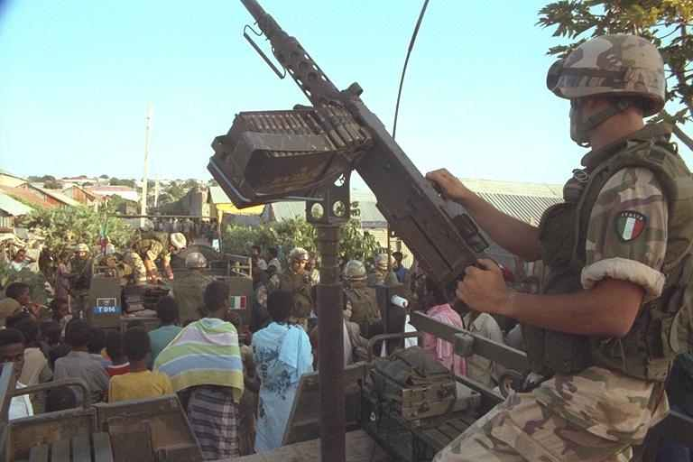 Paracadutista italiano a Mogadiscio.
