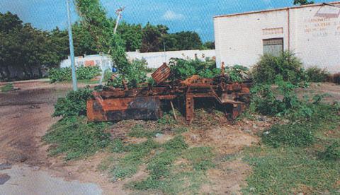 I rottami del VM90 Iveco, distrutto da un missile TOW esploso da un elicottero Mangusta.