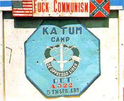 L' emblema delle Special Forces dello U.S. Army, con il motto DE OPPRESSO LIBER, affisso nel campo di Katum all' epoca della guerra in Vietnam