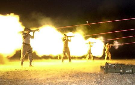 Venerdi 30 agosto 2002, Khost, Afghanistan: addestramento con armi anticarro AT-4 da parte di membri dell' Operational Detachment Alfa 924 dei Green Berets (foto © Associated Press / Wally Santana)
