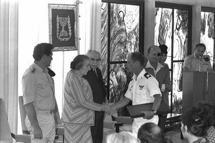 03.Il Primo Tenente Incursore Ami Ayalon riceve la Mesaglia al Valore direttamente dalle mani del primo ministro Golda Meir.